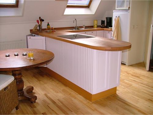 Landelijke maatwerk keuken met massief houten blad.