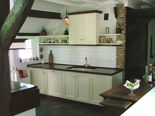 Witte landelijke keuken met houten blad, op maat gemaakt.