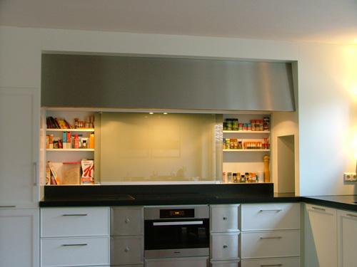 Maatwerk landelijke design keuken met verlichting.