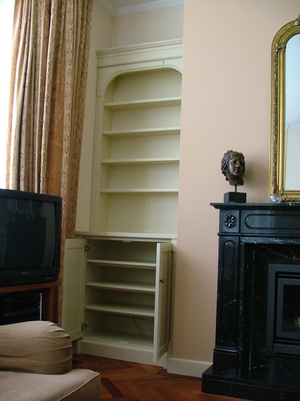 Blanke klassieke boekenkast, op maat gemaakt.