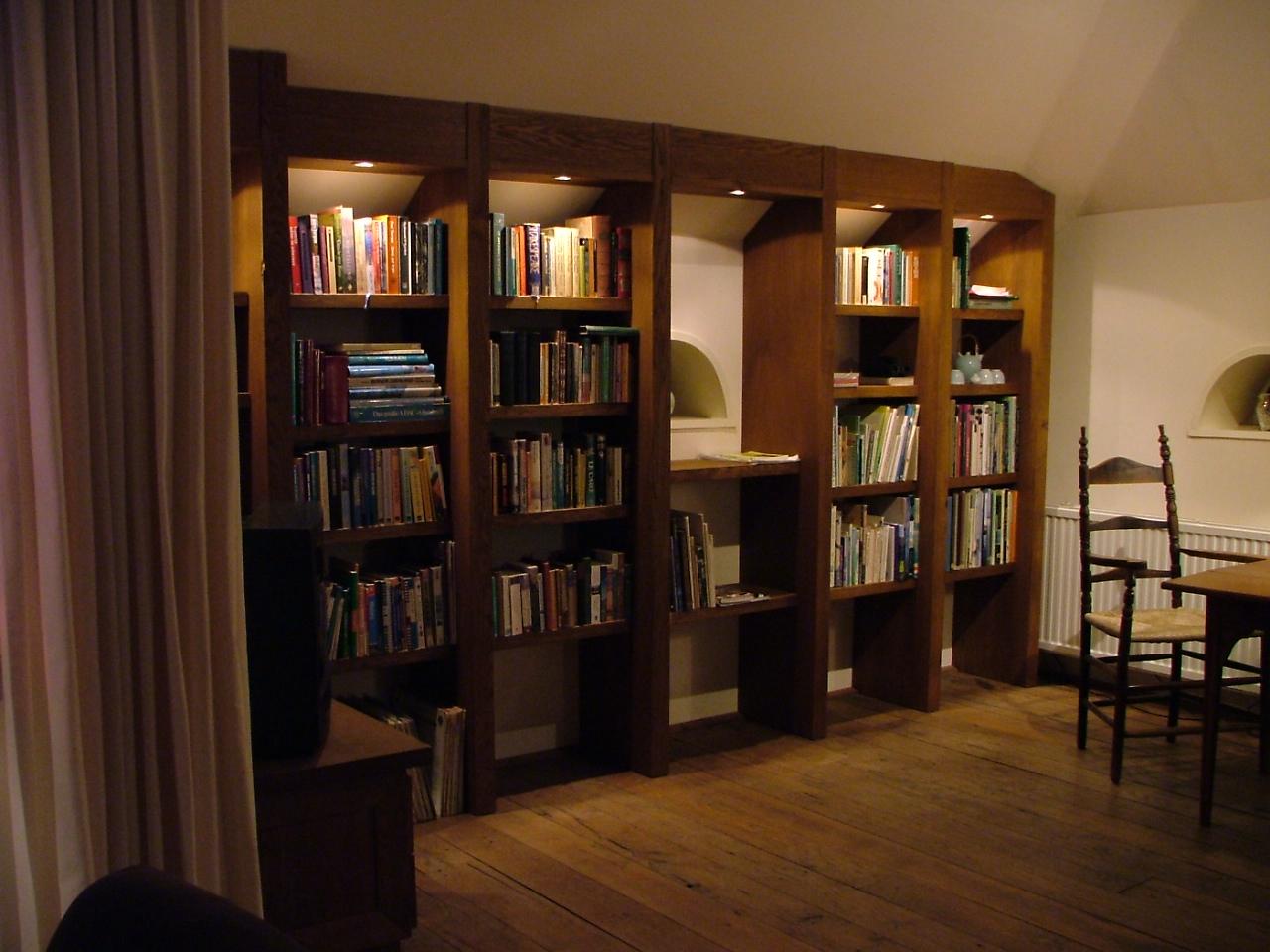 Landelijke boekenkast hout, op maat gemaakt.