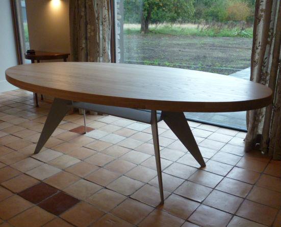 Ovale houten tafel, op maat gemaakt.