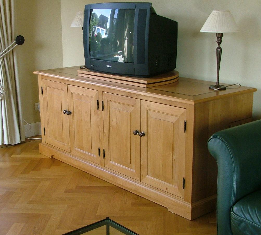 Tv kast van licht hout, op maat gemaakt.