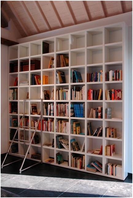 Kubistische boekenkast van hout, op maat gemaakt.