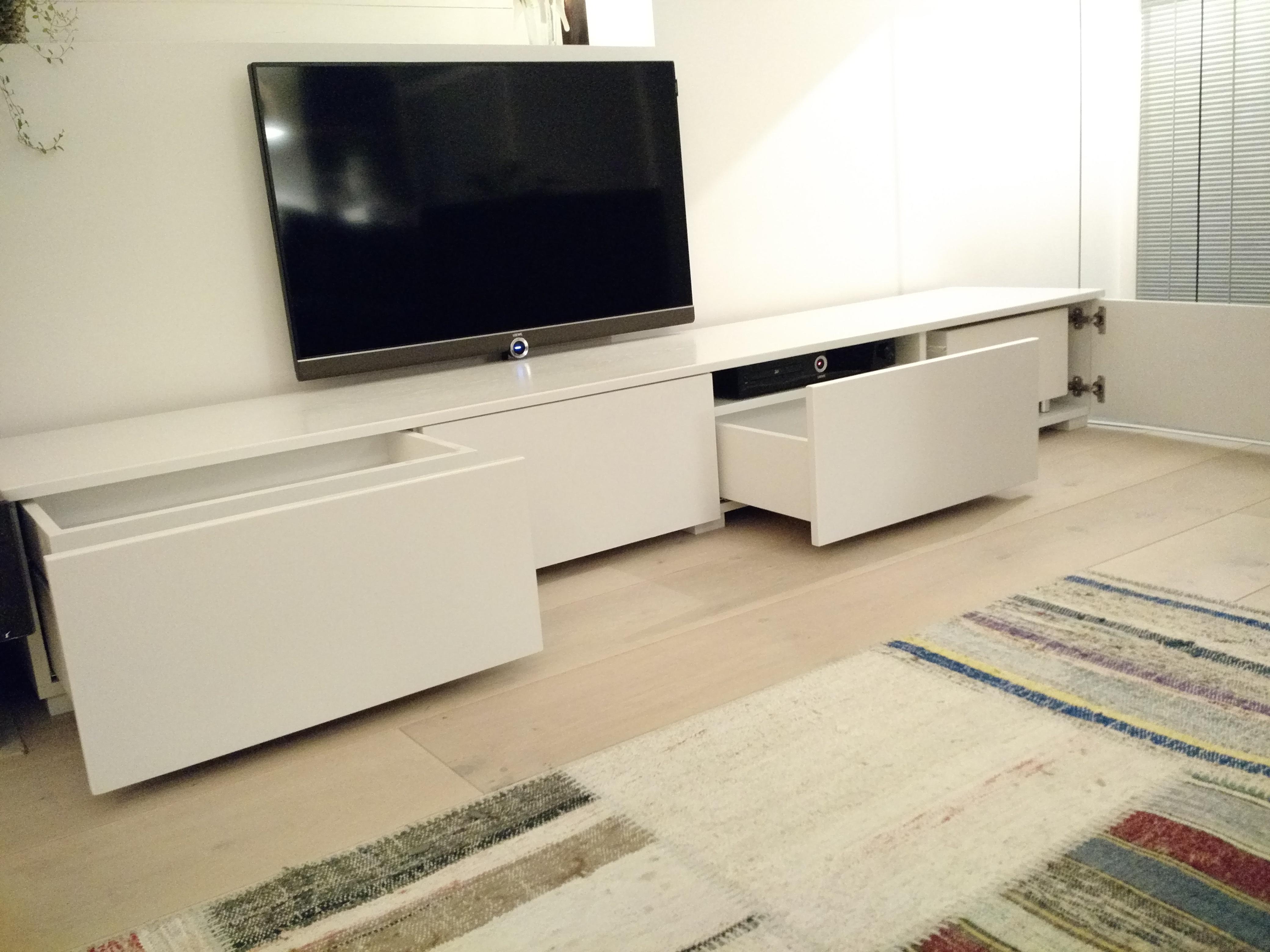Witte tv kast, op maat gemaakt met houten lades.