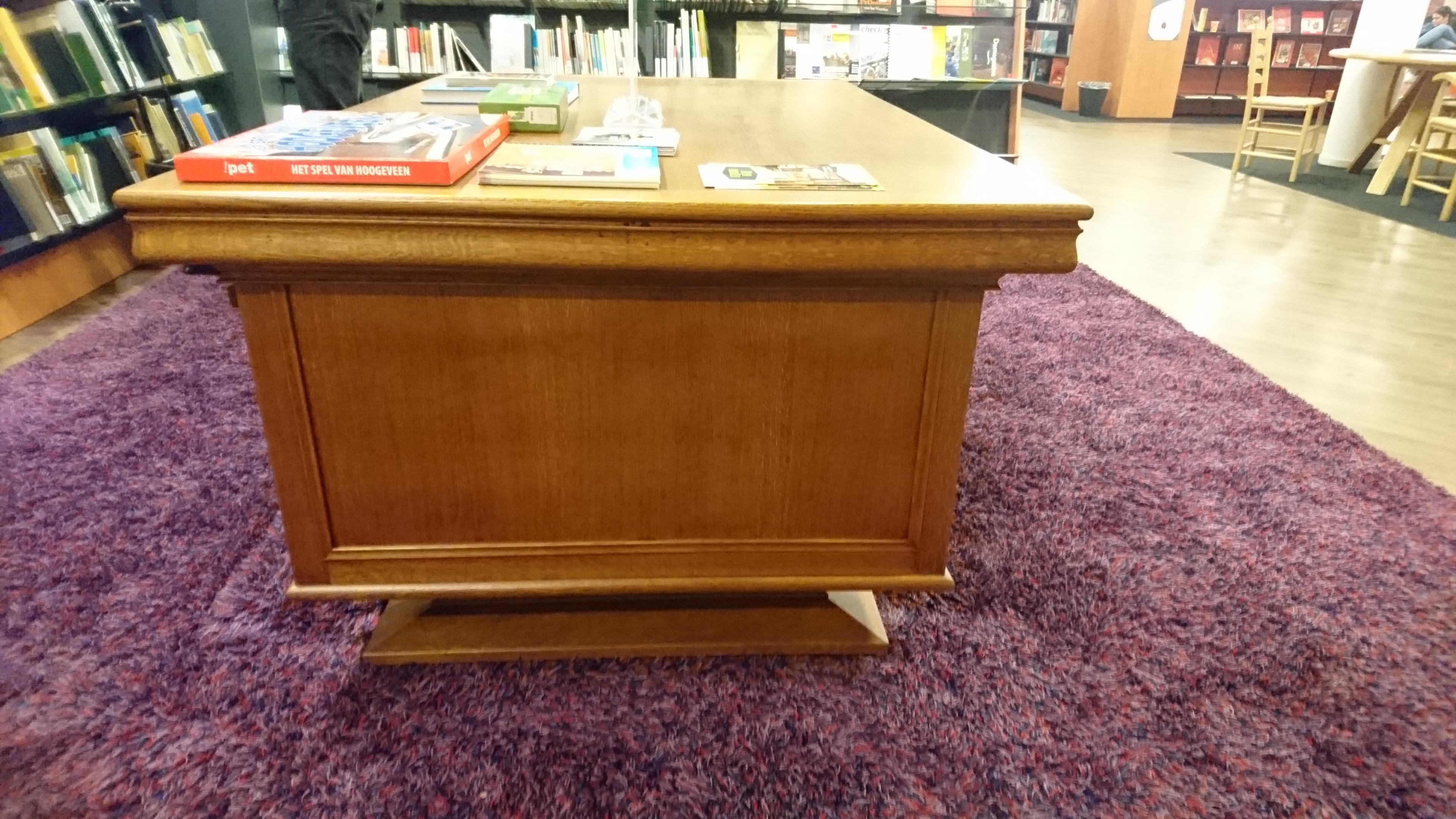 Zijaanzicht van bureau restauratie voor bibliotheek