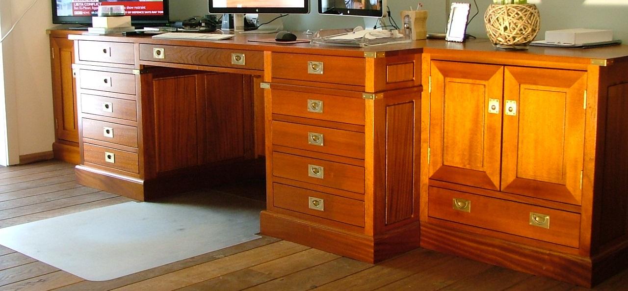 In opdracht gemaakt een kantoor aan huis, volledig uitgevoerd in massief mahonie met slimme opbergplekken en blinde kabelgoten.