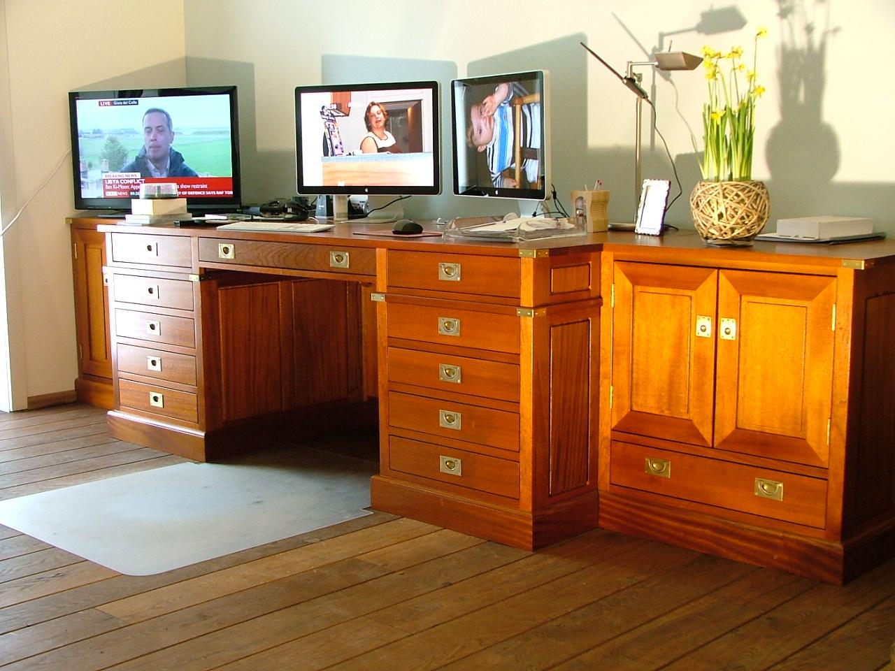 In opdracht gemaakt een kantoor aan huis, volledig uitgevoerd in massief mahonie met slimme opbergplekken en blinde kabelgoten.military style