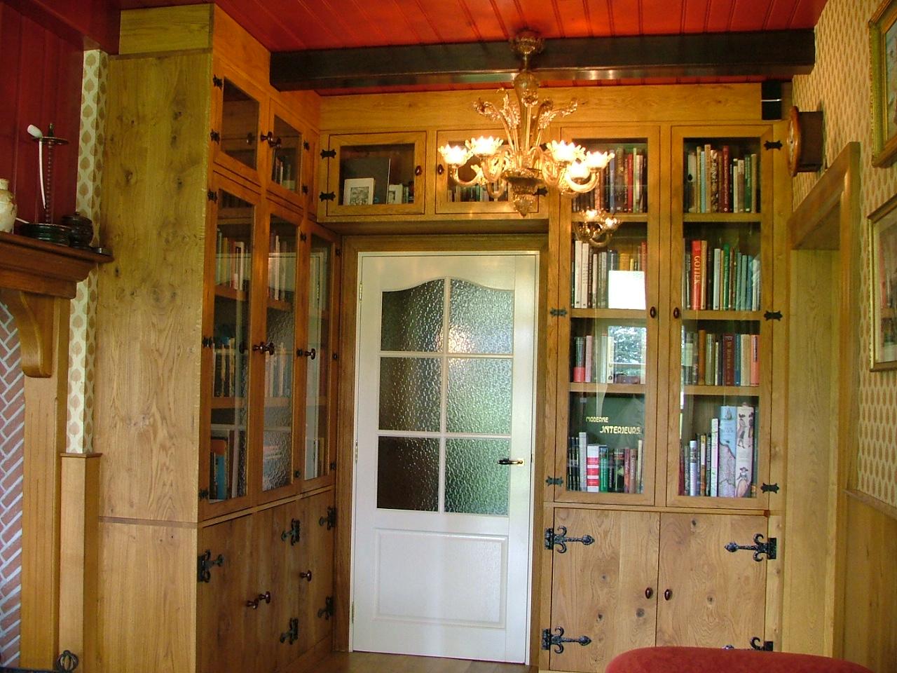 Inbouw kast op maat gemaakt van massief hout en voorzien van klassiek zwaar hang en sluitwerk