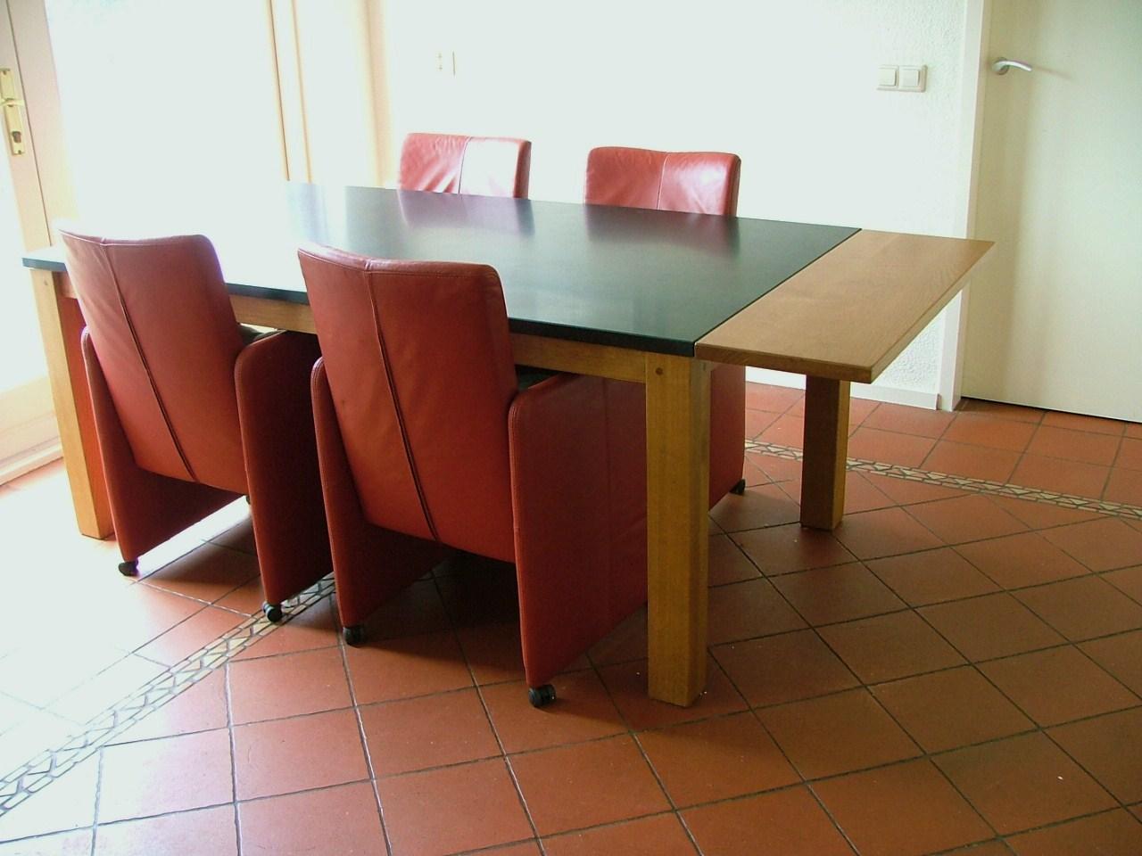 Eetkamertafel met granieten blad voorzien van extra opklapbare ruimte
