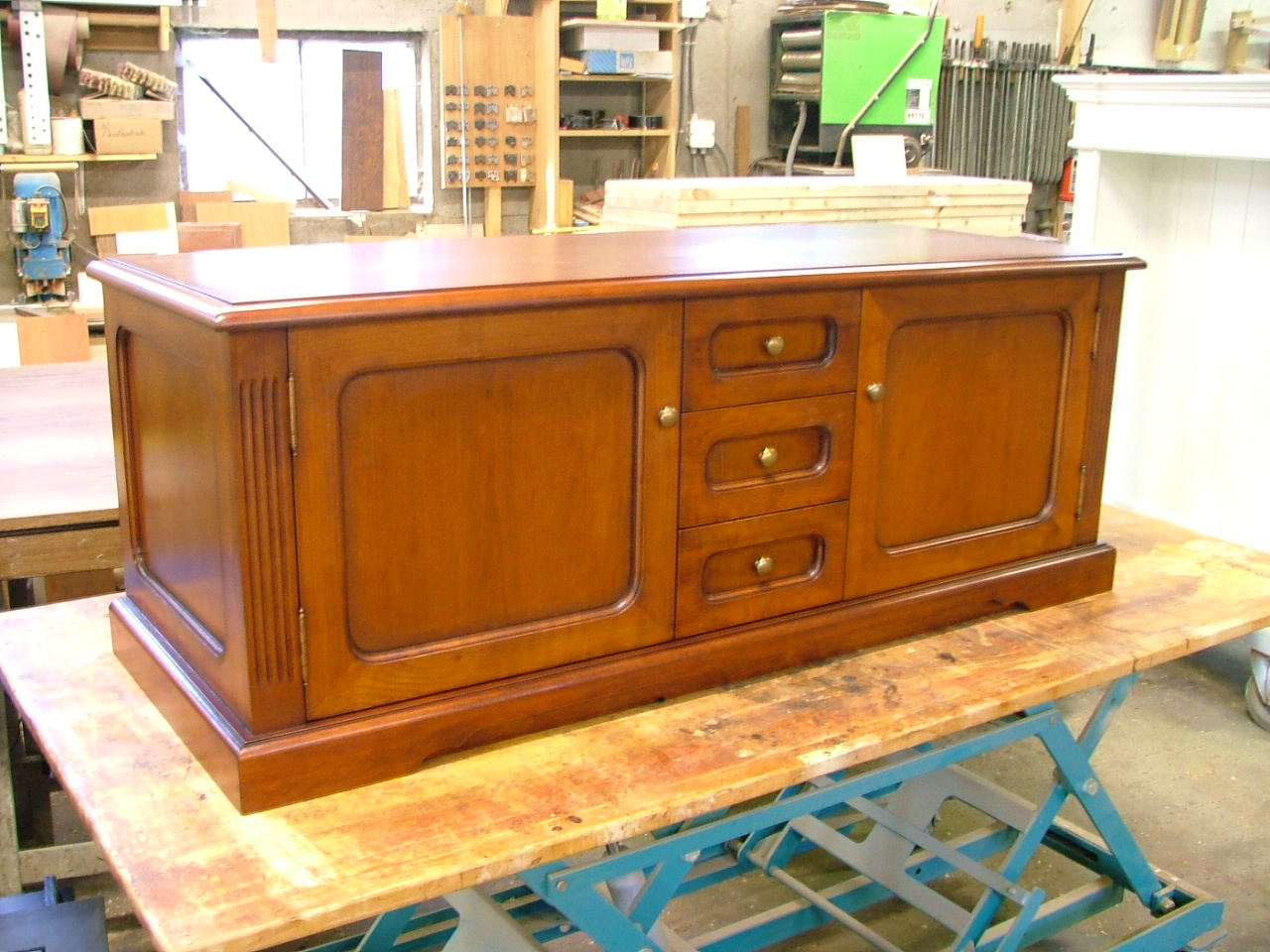 Tv-meubel dressoir massief.