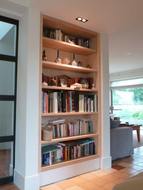 Inbouw boekenkast gemaakt in een nis in het huis