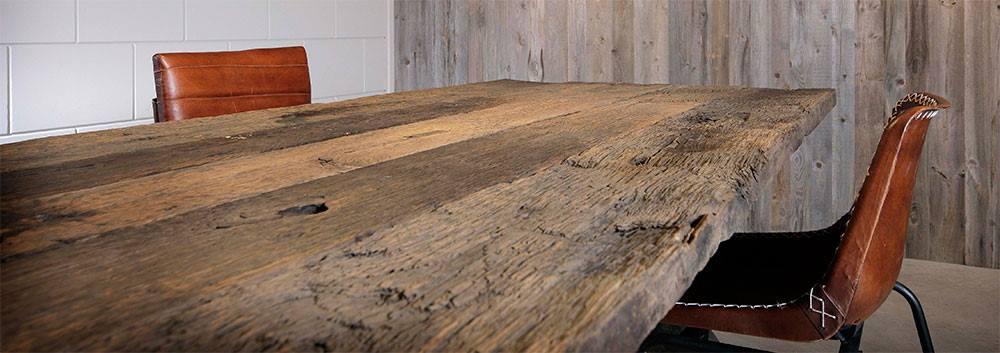 """Doorleefd hout """"barnwood"""" en wagonwagenvloerdelen."""