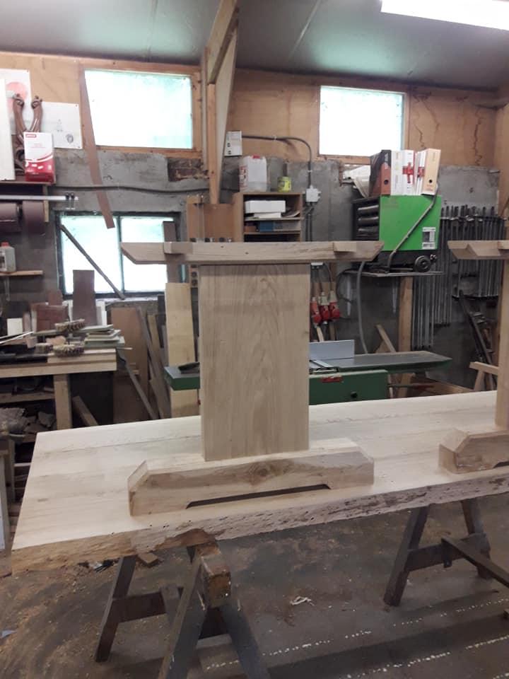 De blokpoten van de eiken houten tafel. De omgewaaide oude eik van achter het ouderlijk huis kreeg een tweede leven.