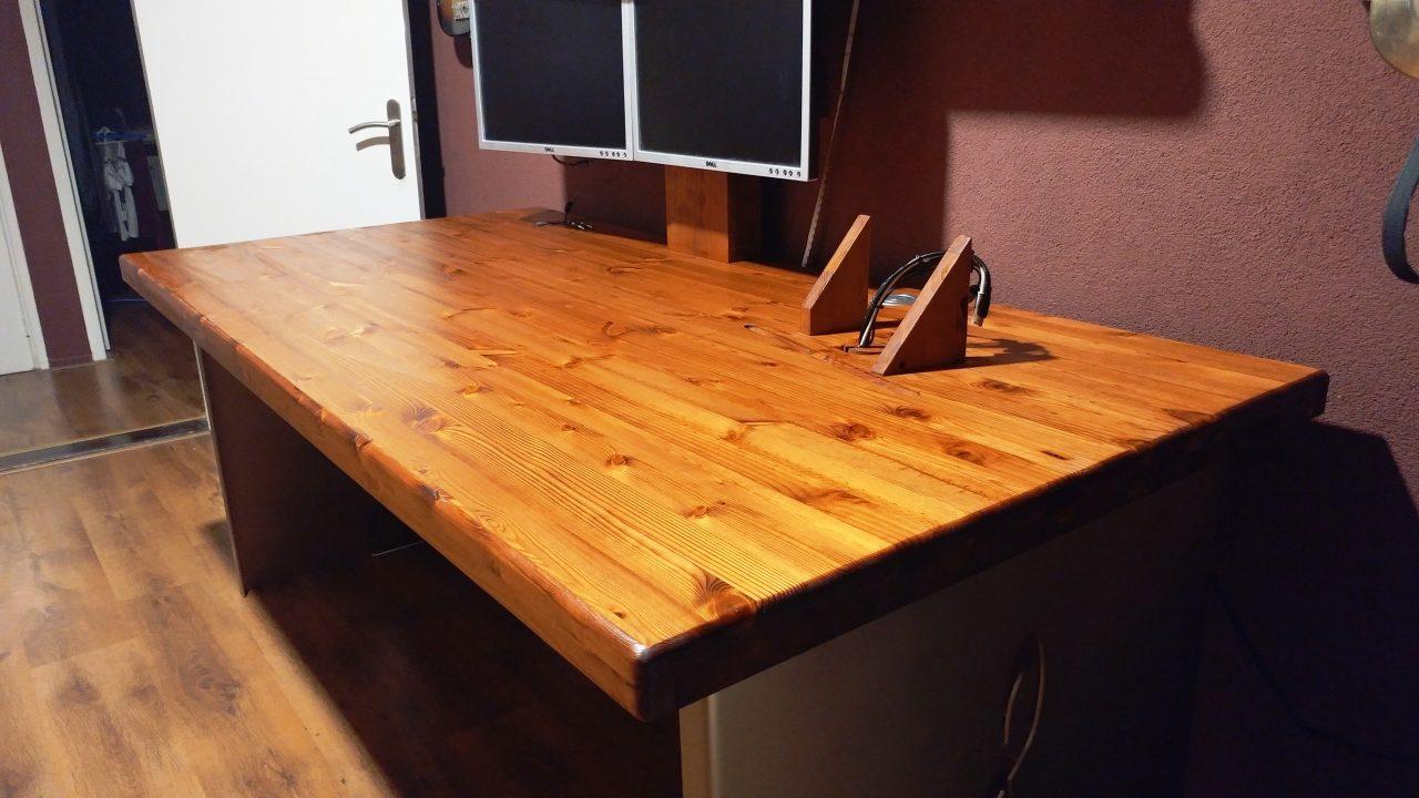 dit van grenen gemaakte Bureau met stalen poten en voorzien van alle mogelijke IT faciliteiten