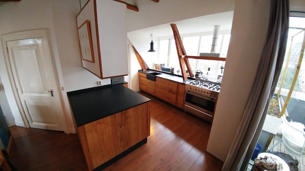 Houten keuken met een Granieten werkblad