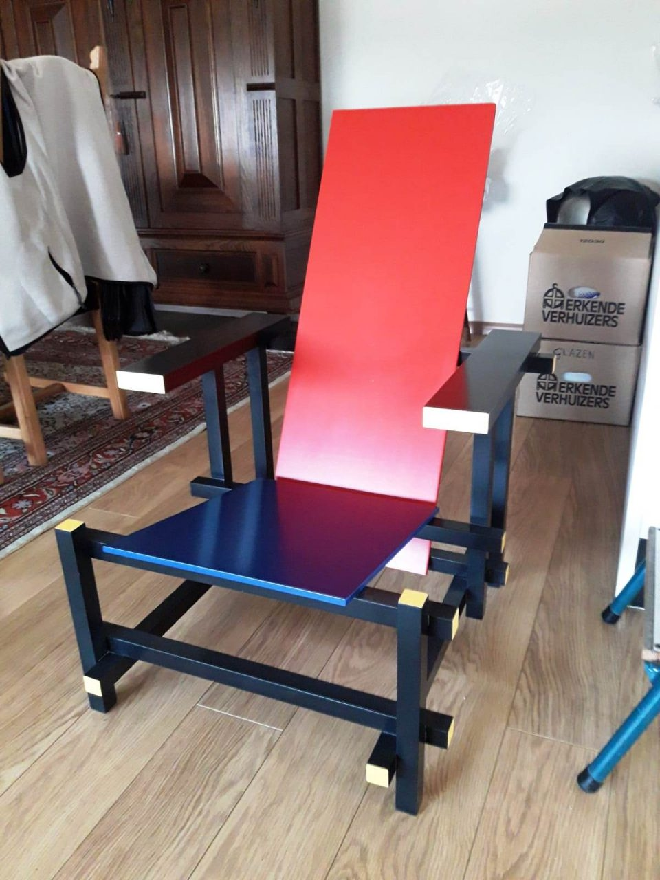 """In 2007 heb ik deze """"Red Blue chair"""" gemaakt naar origineel ontwerp van Rietveld.Recent is er een verhuisschade ontstaan"""